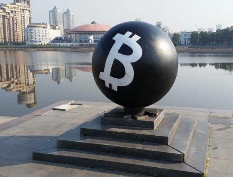 Покебол в центре Екатеринбурга переделали в памятник Биткоин